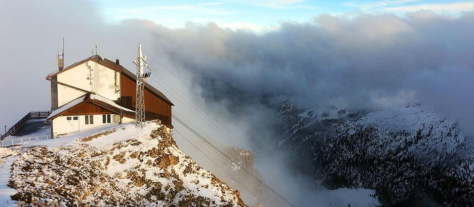 Rifugio in Alto Adige avvolto da neve e nuvole